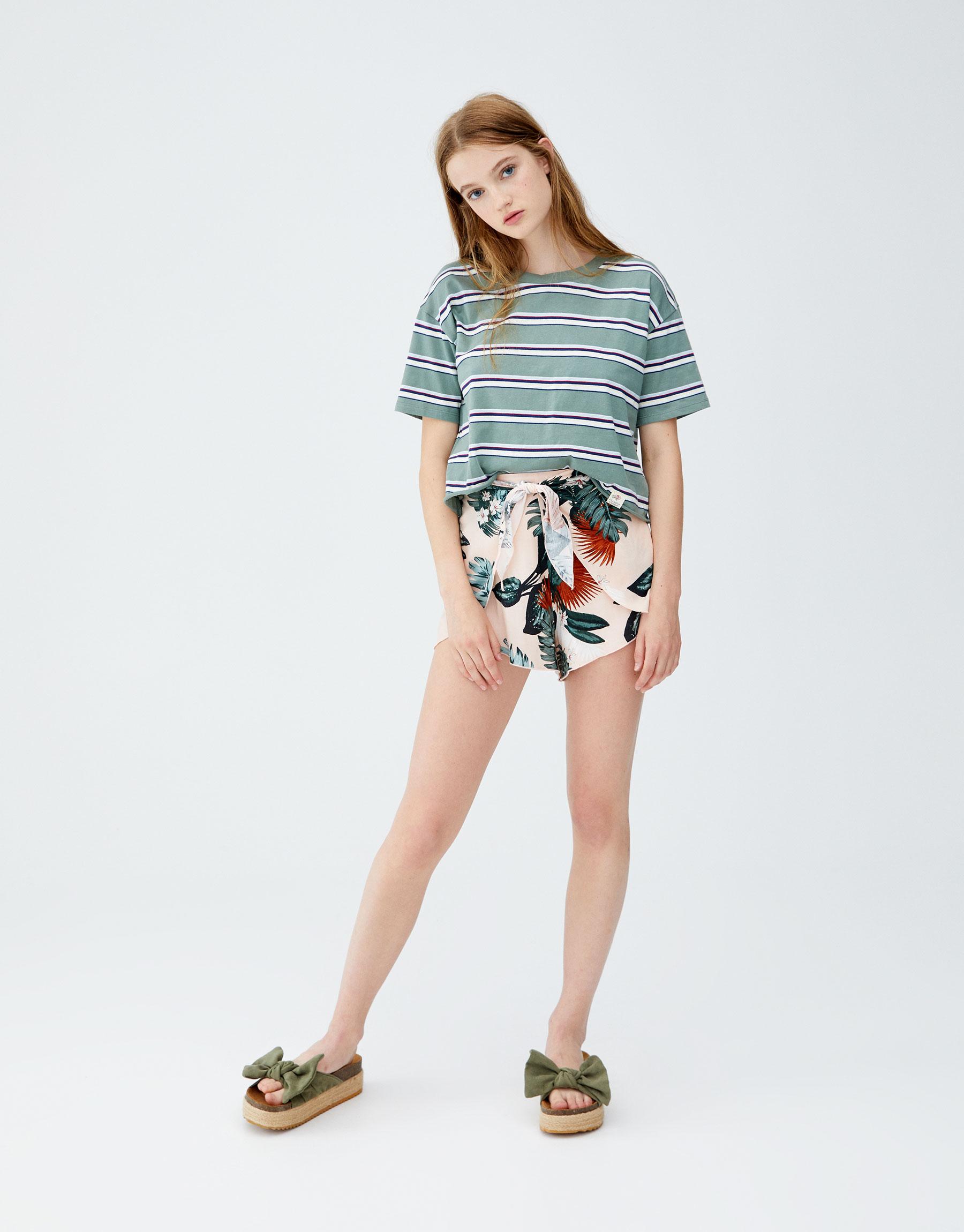 Imagen principal de producto de Camiseta rayas tricolor - Pull & Bear