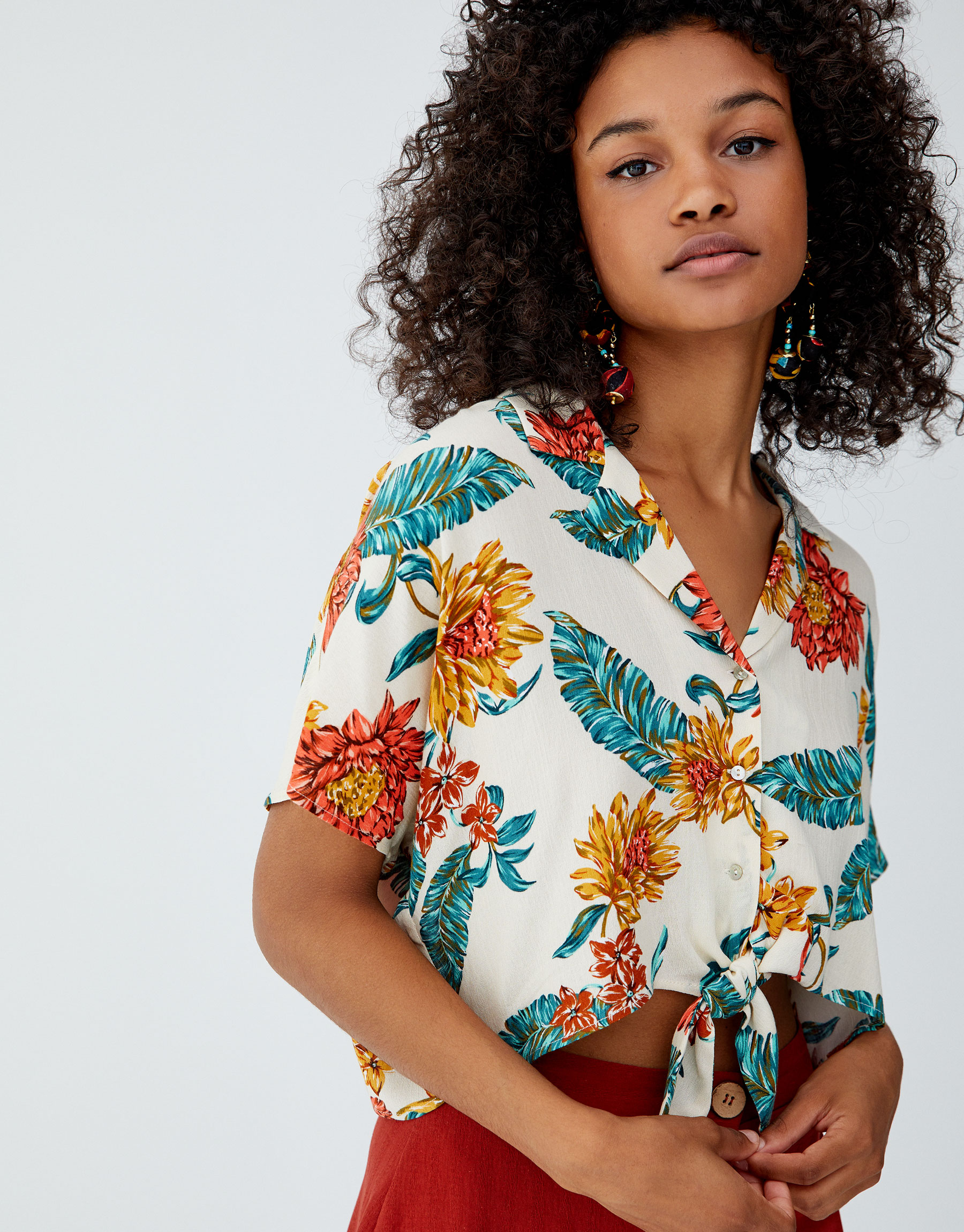 Imagen principal de producto de Camisa cuello solapa nudo - Pull & Bear