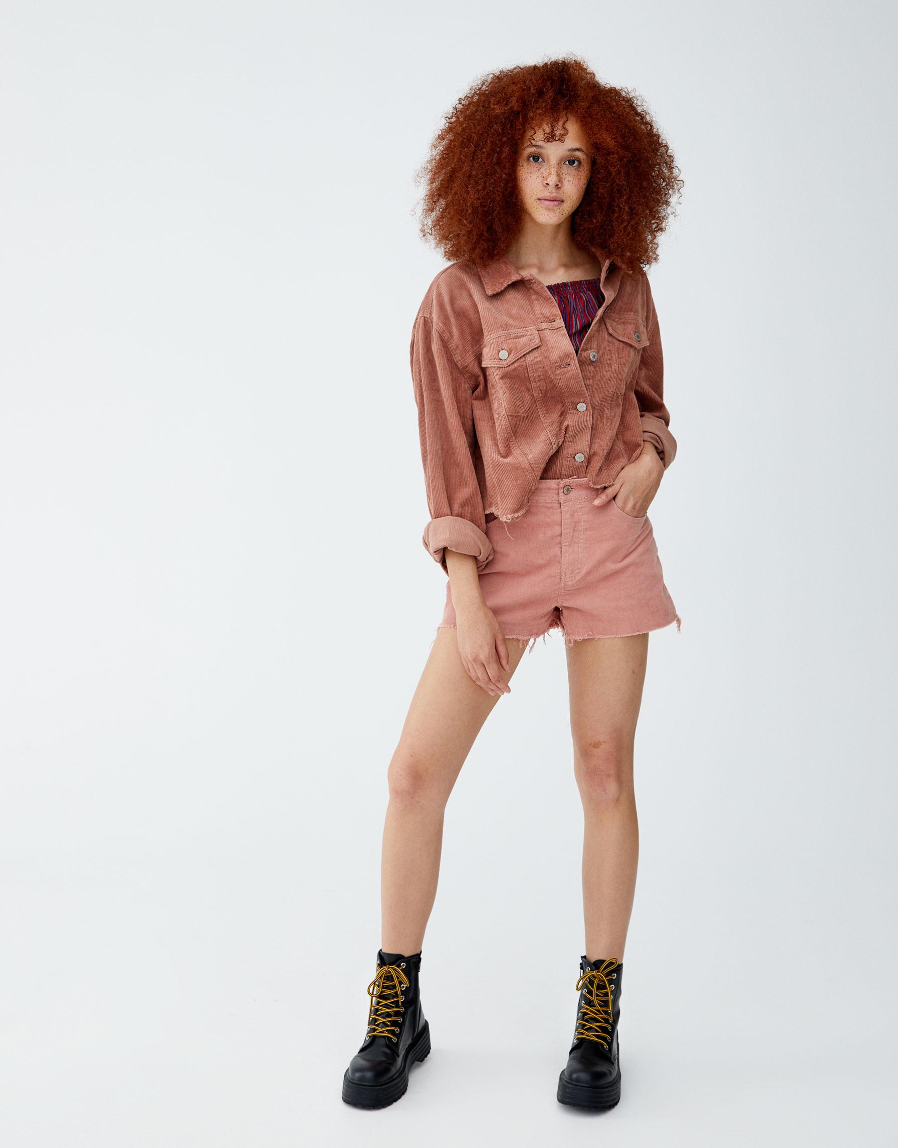 Imagen principal de producto de Shorts pana bajos deshilachados - Pull & Bear