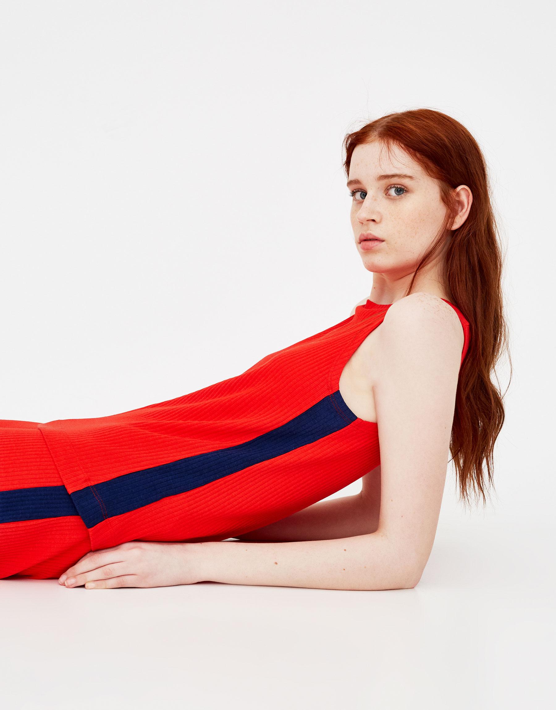 Imagen principal de producto de Camiseta básica con franja en contraste - Pull & Bear