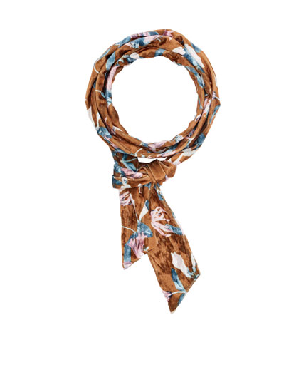 Thin foulard with floral print