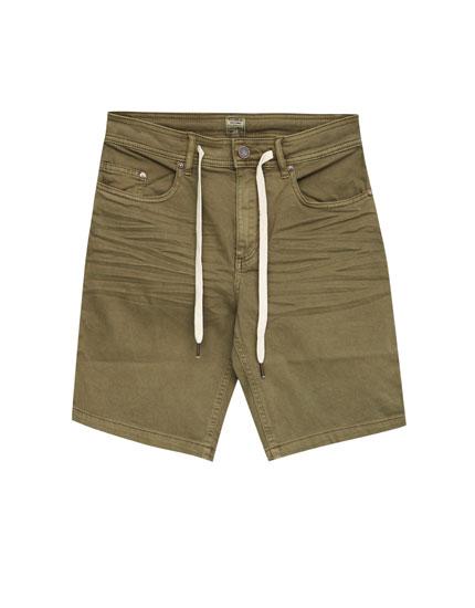 Basic colourful slim fit bermuda shorts with belt
