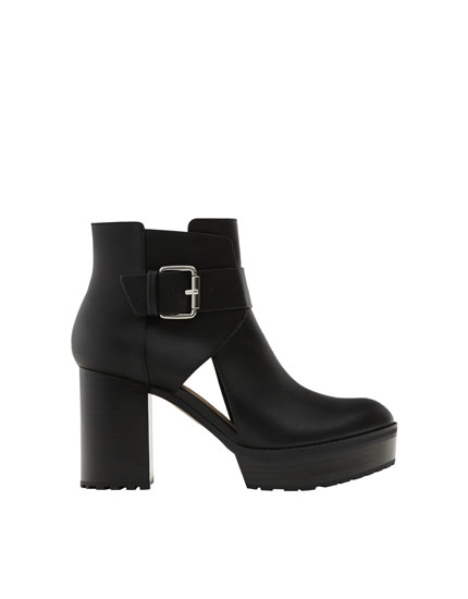Basic die-cut ankle boots