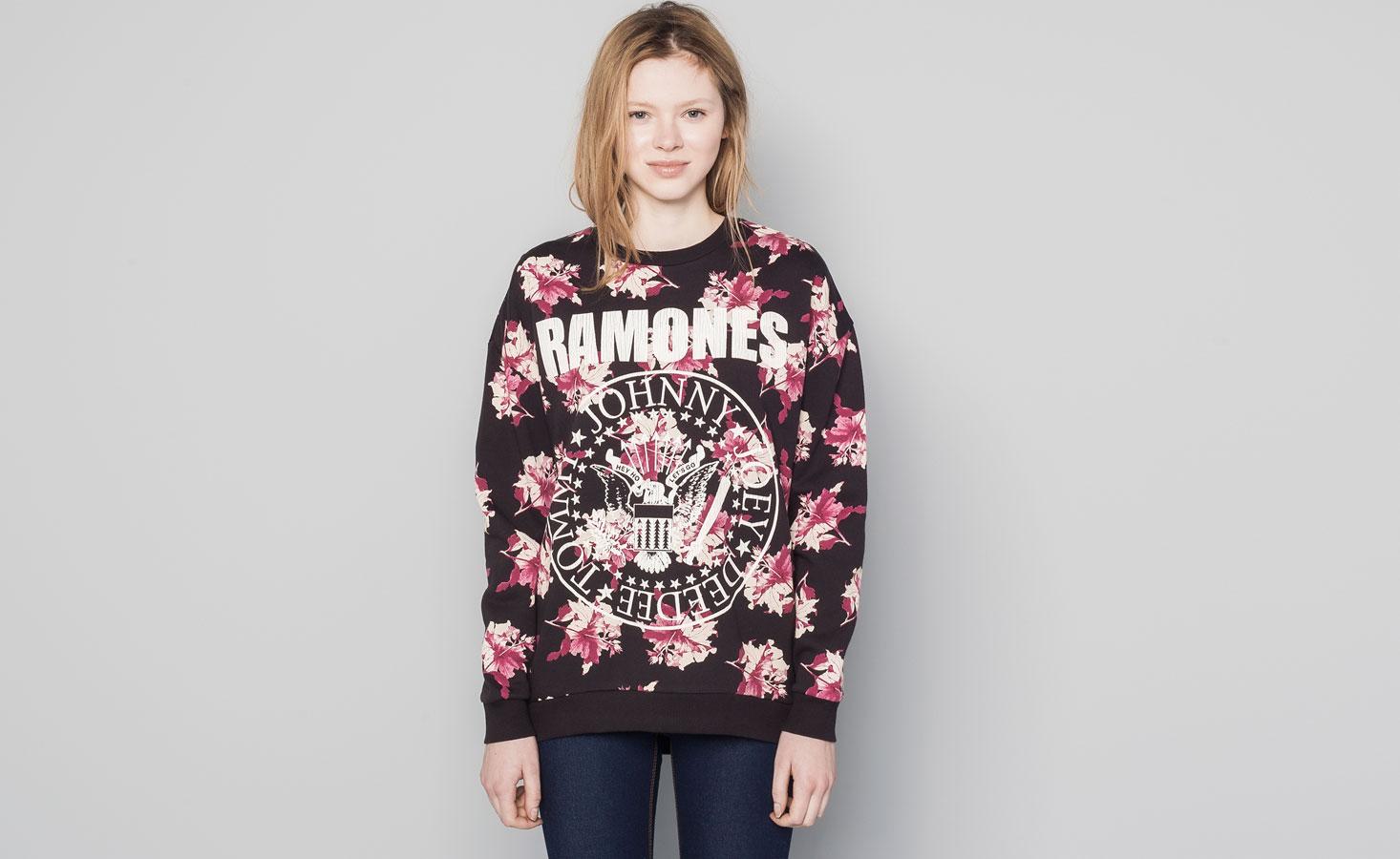 Pull&Bear - mulher - sweatshirts - sweatshirt flores logótipo ramones - preto deslavado - 09594362-V2015