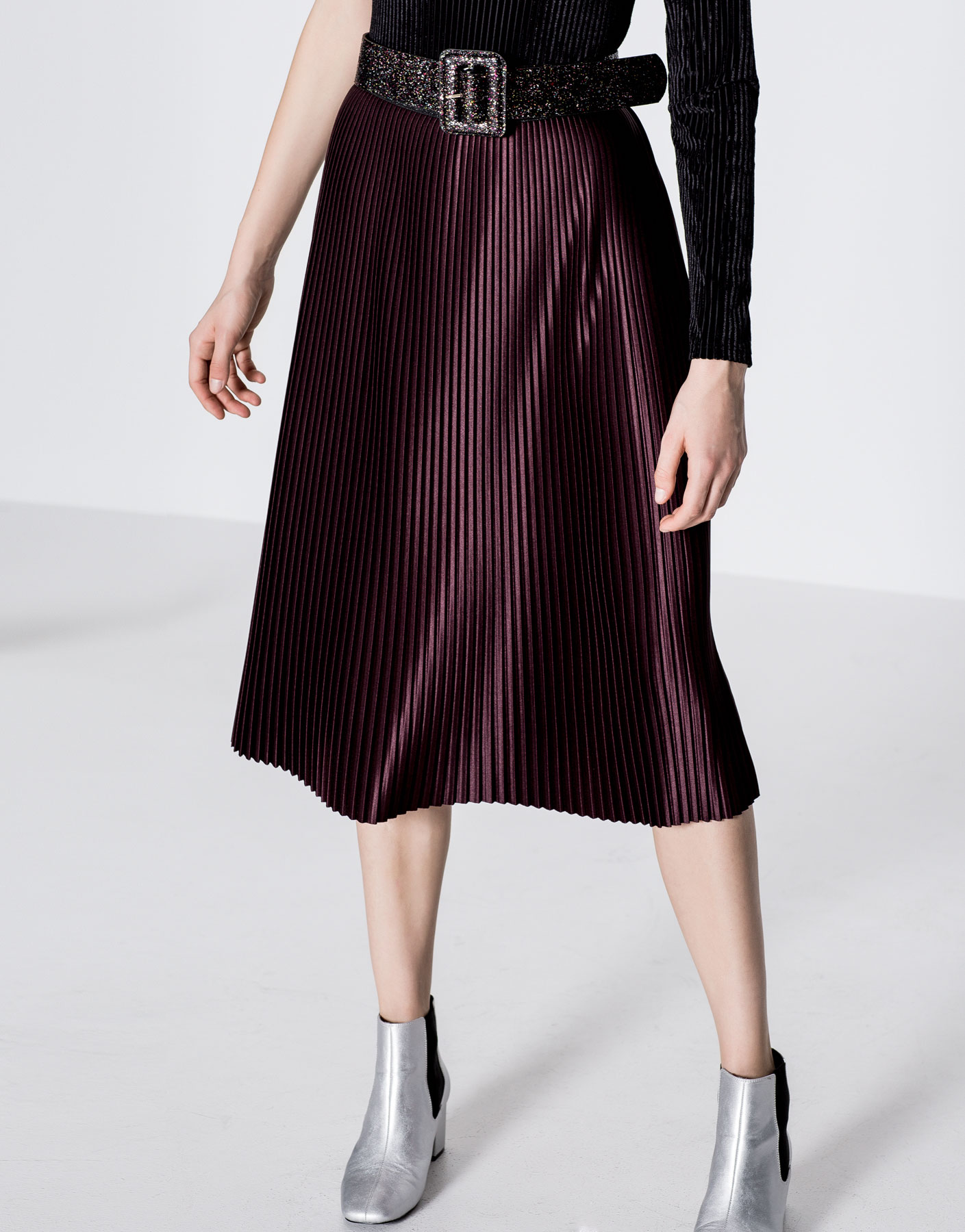Finely pleated glossy skirt