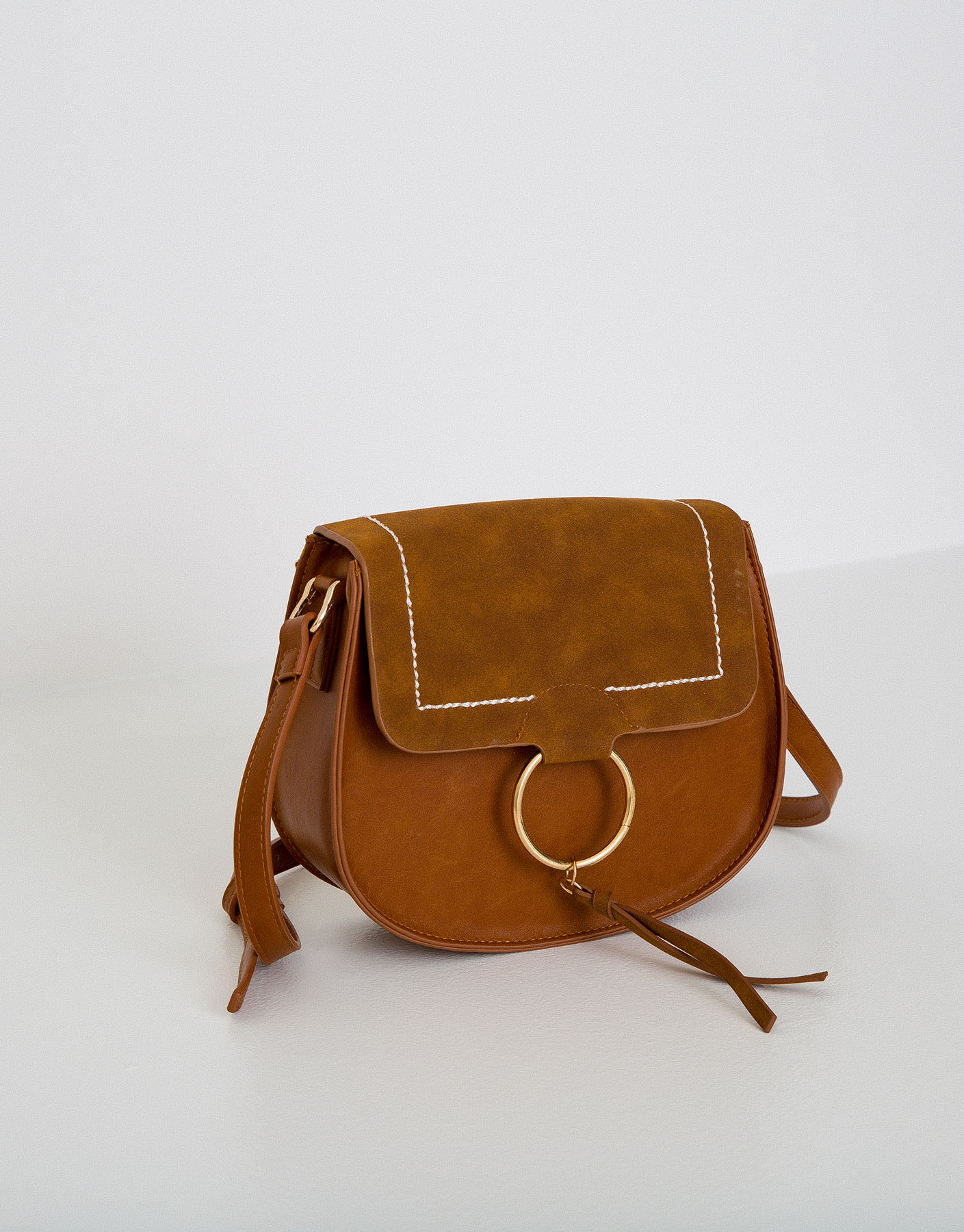 Crossbody bag with metallic fastening
