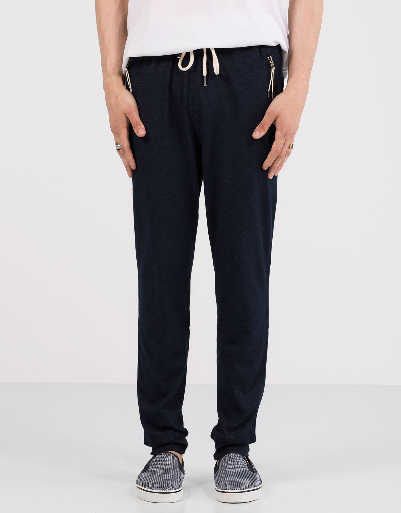 Thin jogging trousers