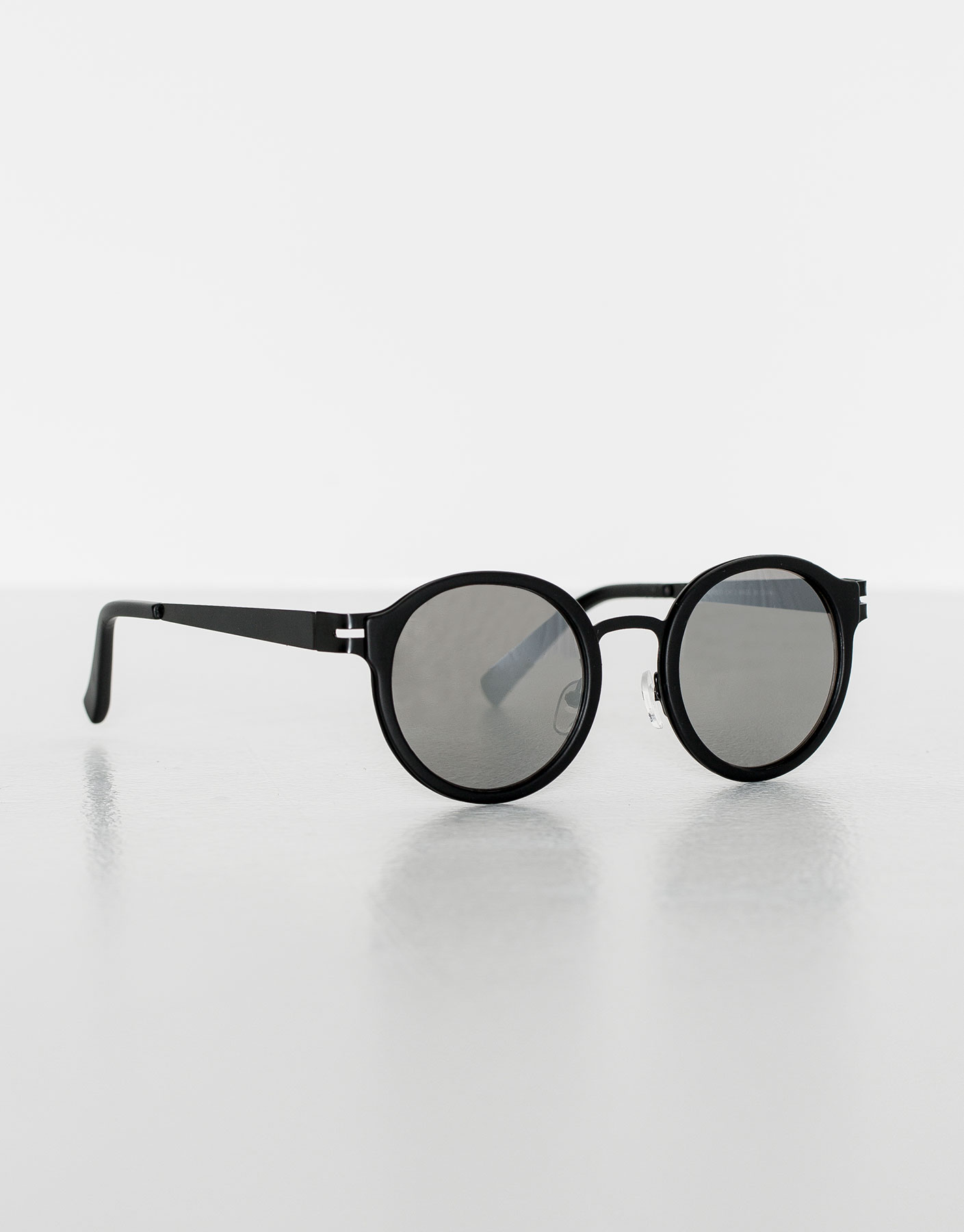 Rounded mirrored sunglasses