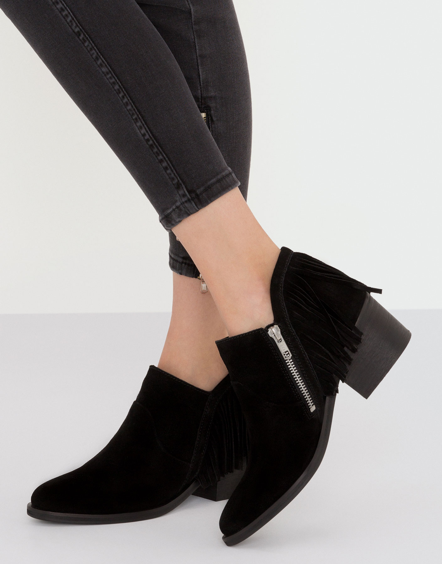 Leather ankle boots with fringe
