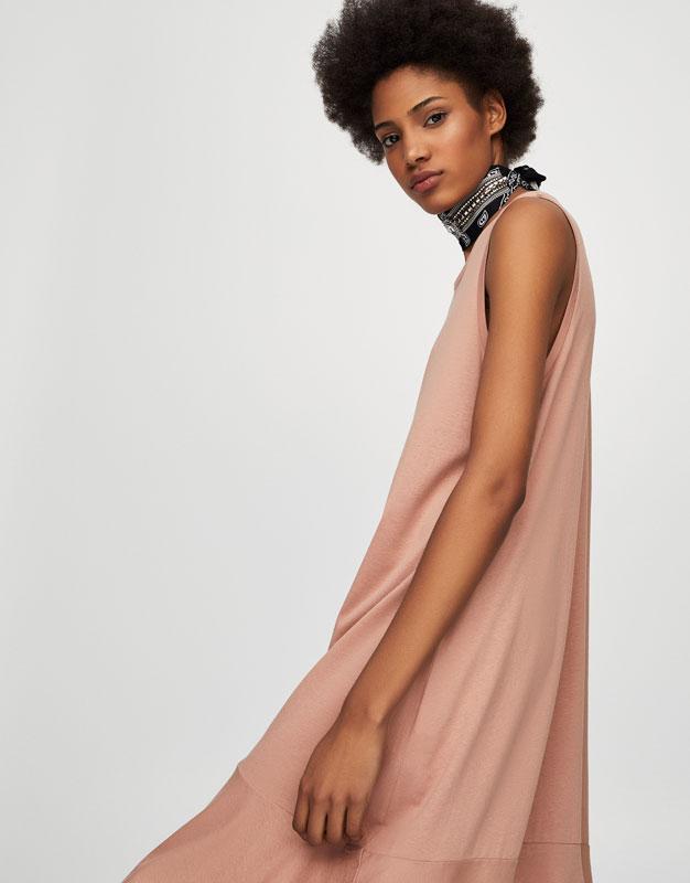 Langes Kleid mit Volant am Saum.