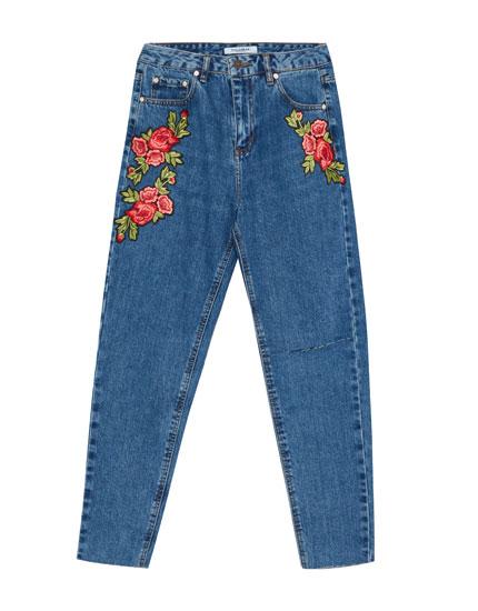 Jeans mom fit parche rosas