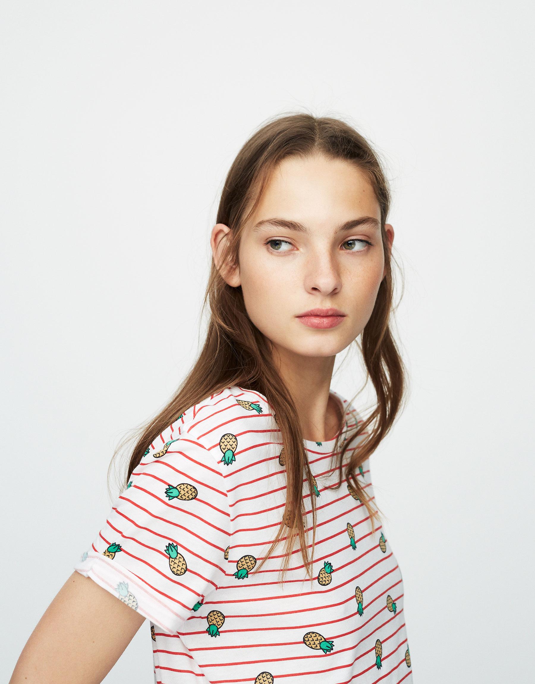 T-shirt com estampado allover com ananases e riscas