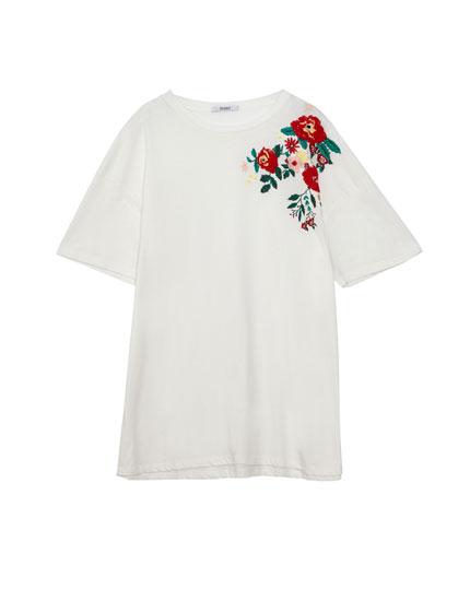 Shirt mit Blumenstickerei an der Schulter