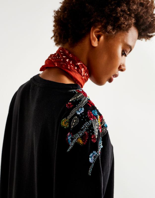Camiseta flor apliques hombro