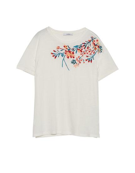 Camiseta escote bordado flores