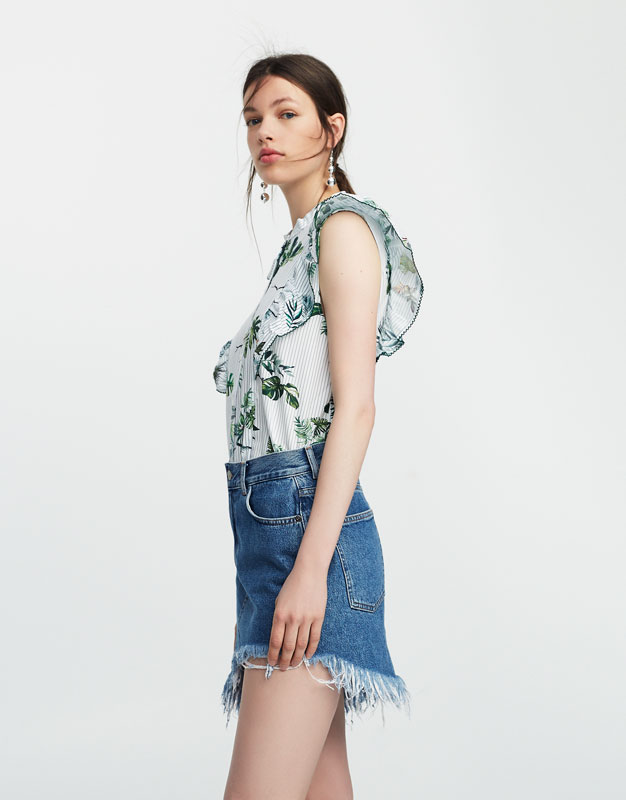 Sleeveless tropical print shirt with ruffled detail