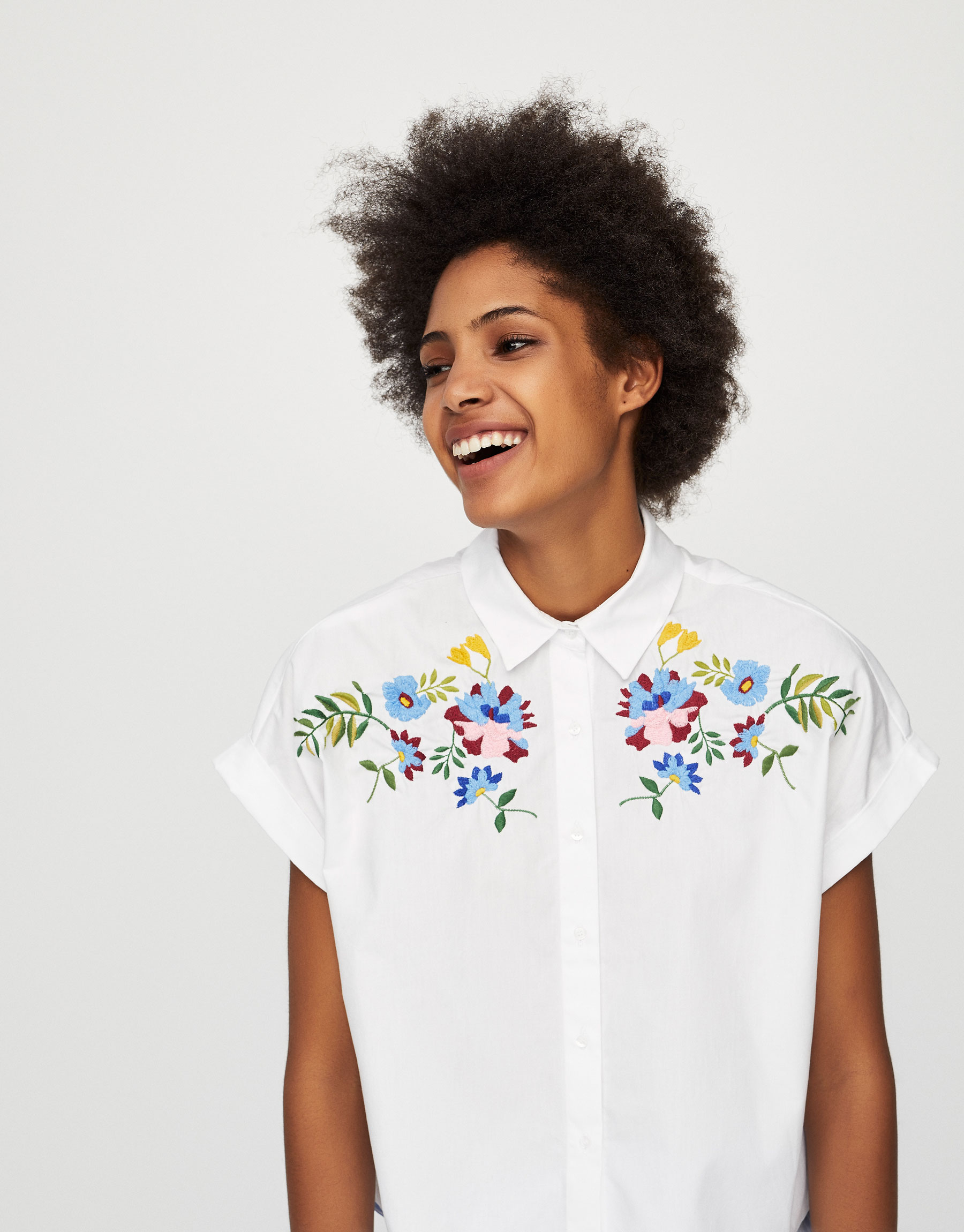 Short sleeve shirt with floral embroidery