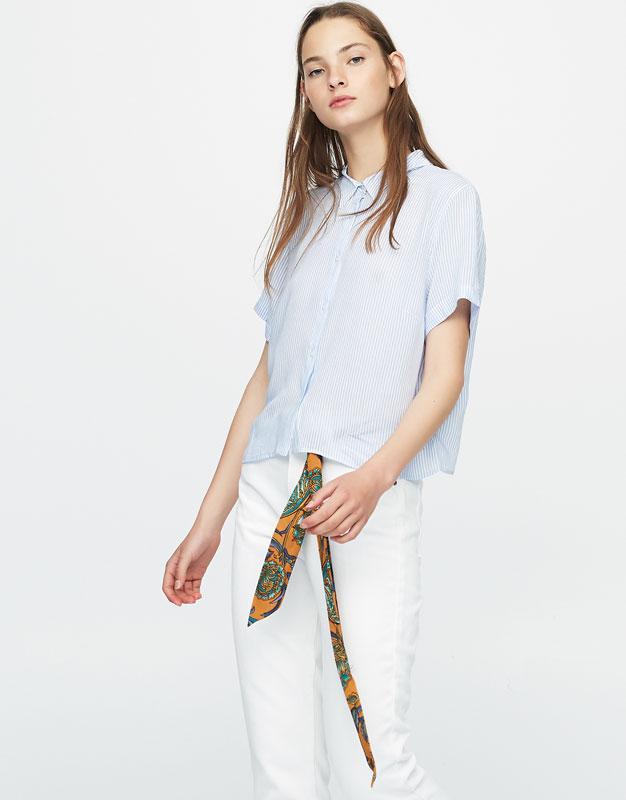 Fließendes Basics-Hemd mit Schlitz am Rücken.