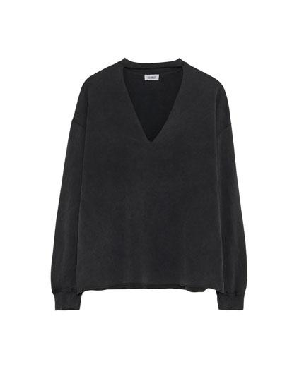 Choker neck sweatshirt with piped seams