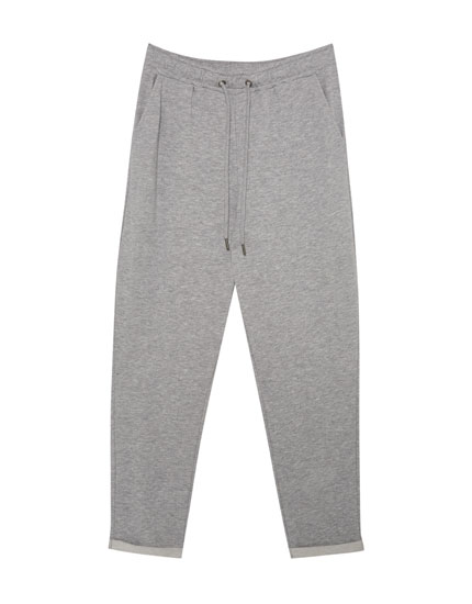 Jogging trousers with rolled-up cuffs