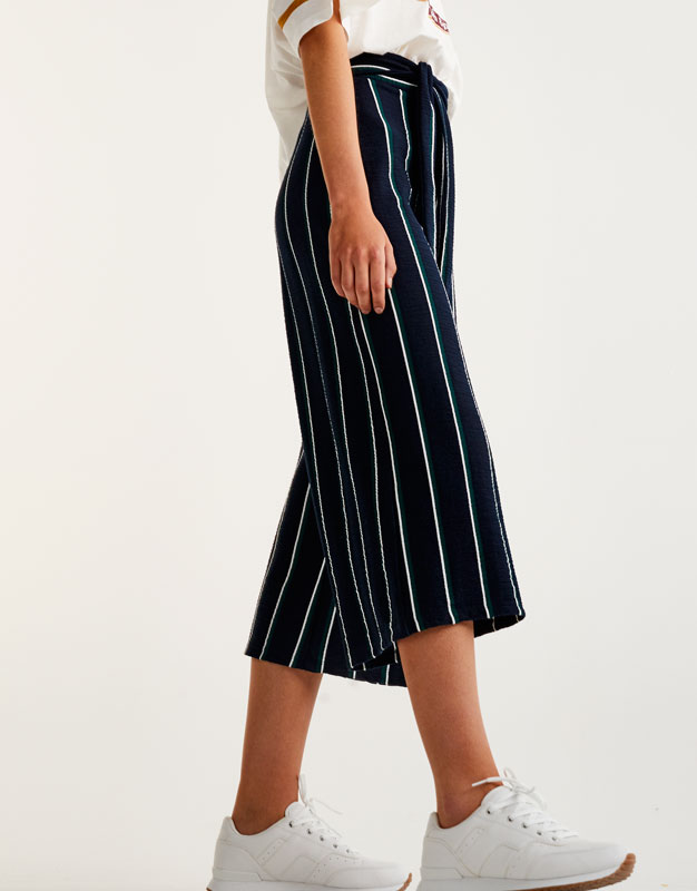 Culotte-Hose mit bunten Streifen und Schleife