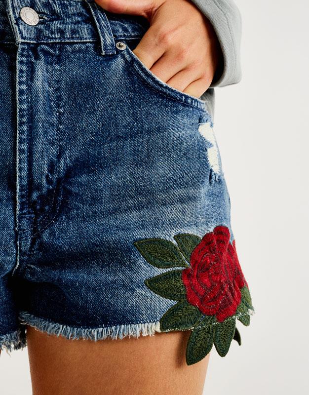 Short denim bordado rosas