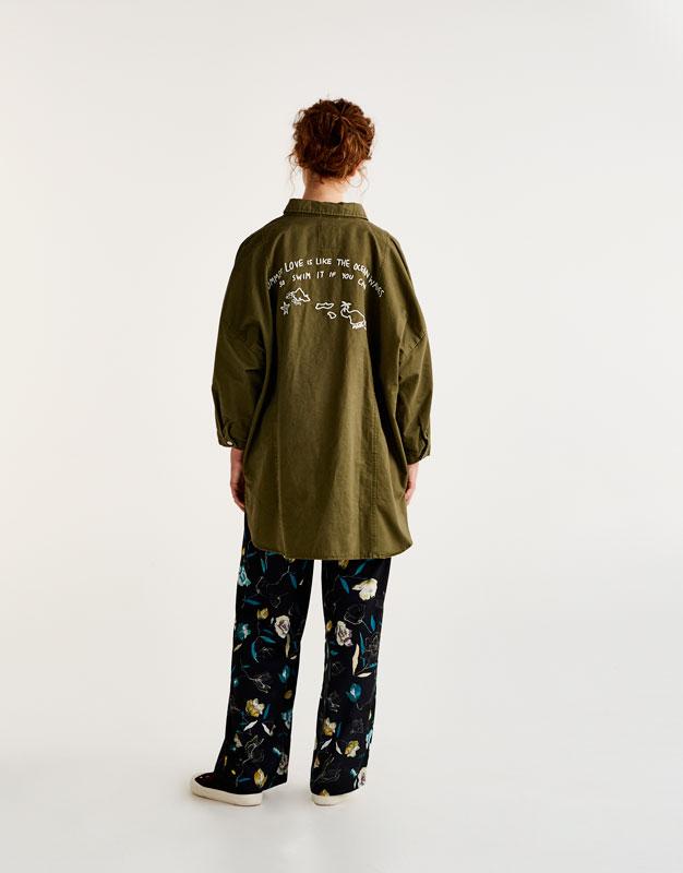 Lange Hemdjacke mit besticktem Rückenteil