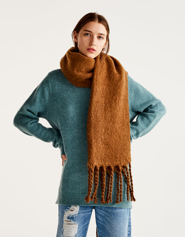Thick scarf with fringe