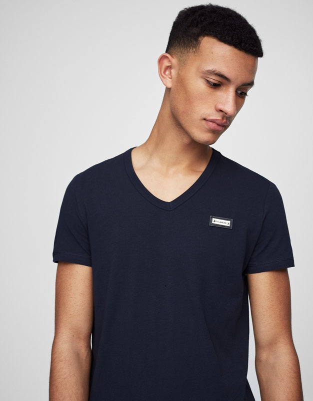 T-shirt basic col en V badge