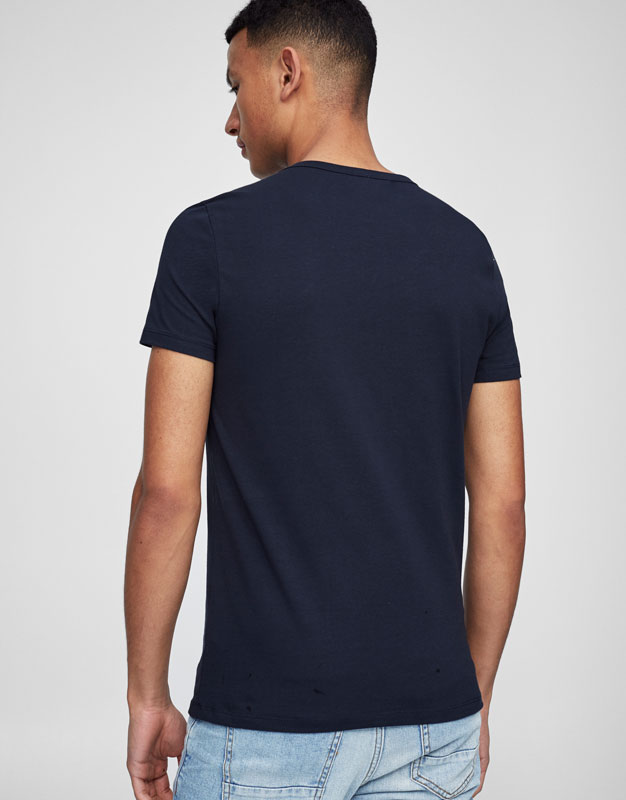 Basic V-neck T.shirt with badge detail