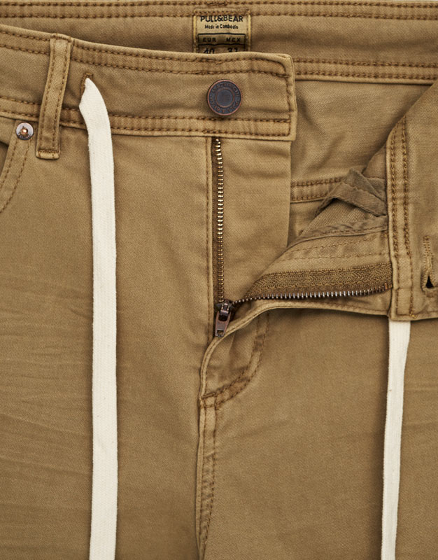 Basic colourful slim fit bermuda shorts with belt
