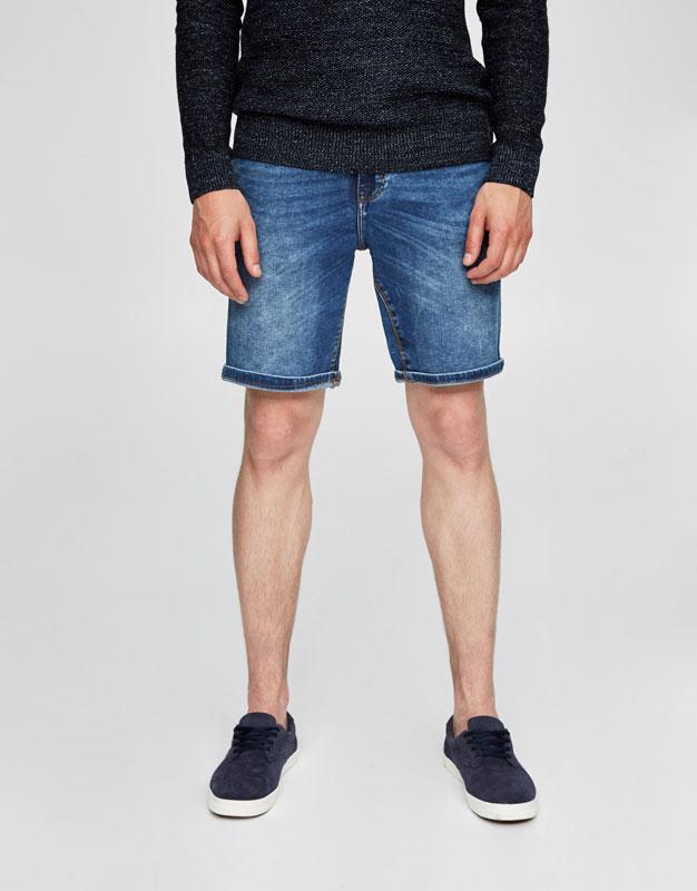 Blaue Jeansbermudas im Washed-Look