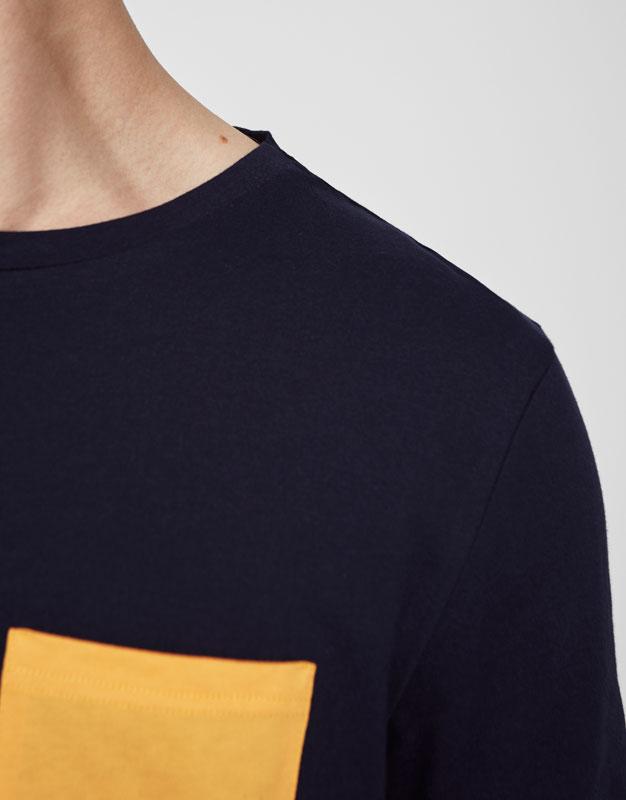 Gestreiftes Shirt mit Kontrasttasche