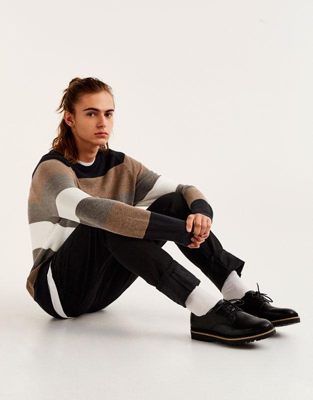 Pullover mit braunen Streifen