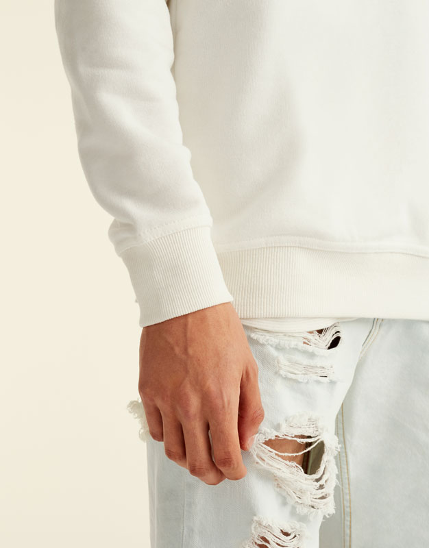 Sweatshirt mit horizontalen Streifen.