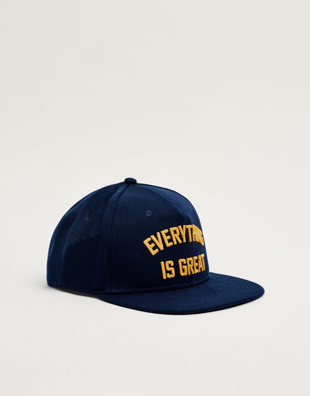 Gorra text 'everything is great'