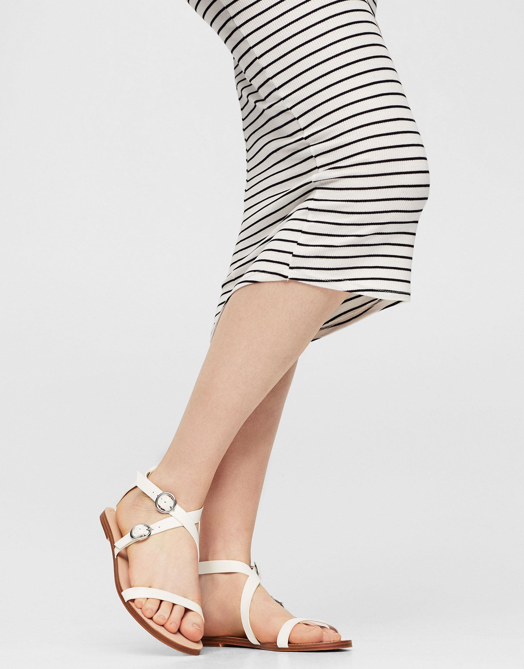 Weiße Basic-Sandale mit Schnalle
