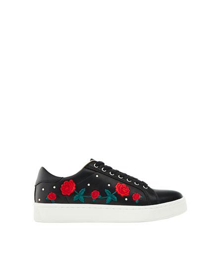 Sneaker mit aufgestickten Rosen