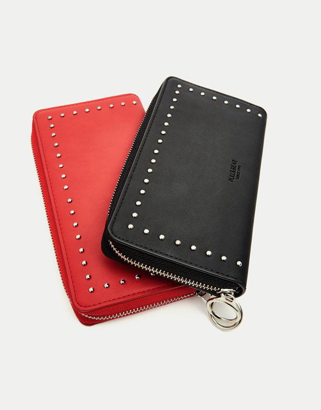 Schwarze Brieftasche mit Nieten