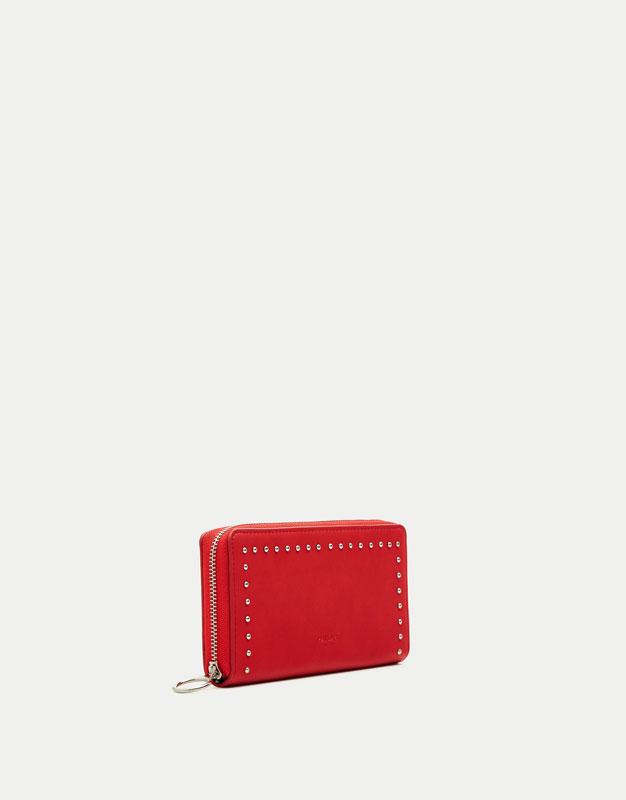 Rote Brieftasche mit Nieten