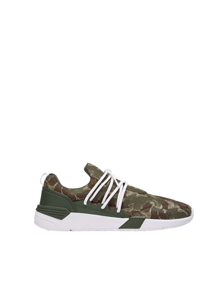 Camouflage print sneakers with elastic laces