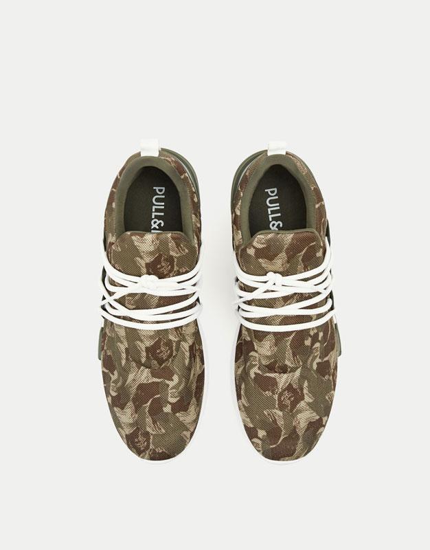 Sneaker mit weiter Schnürung und Camouflageprint
