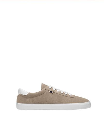 Sandfarbener Basic-Sneaker mit Etikett