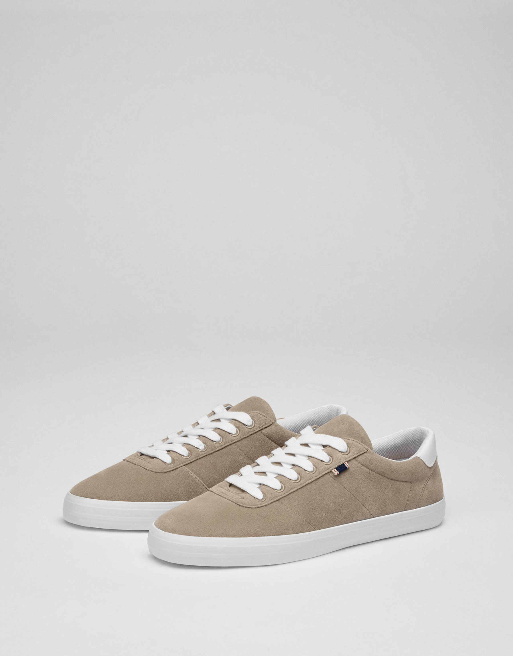 Basic sand-coloured sneakers with label