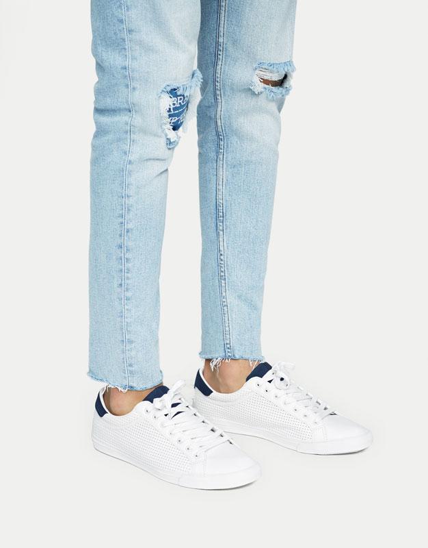 Sneaker mit Lochmuster mit Detail in Blau