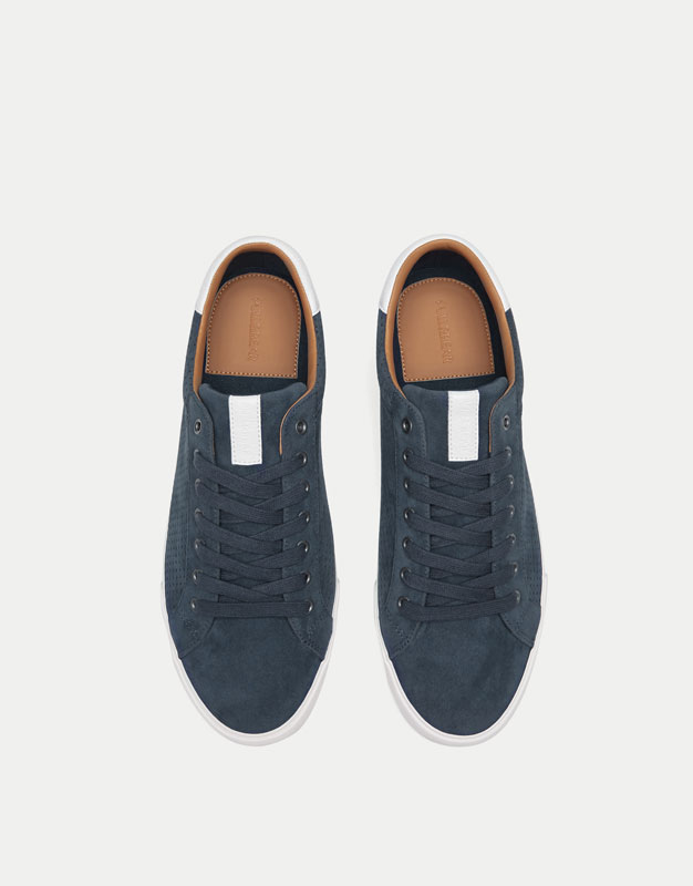 Sneaker mit Lochmuster in Blau