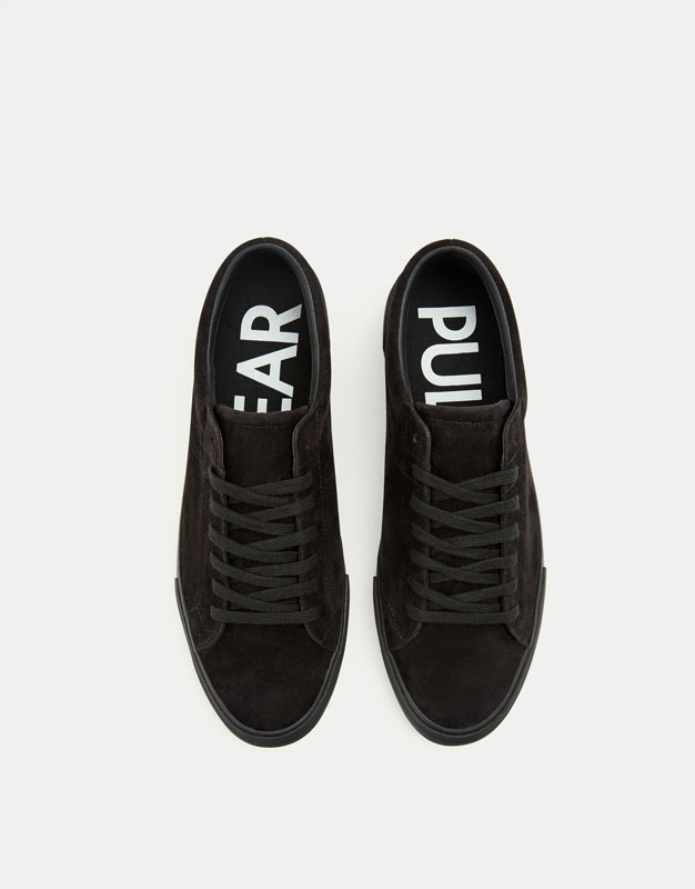 Black sneakers with slogan on heel