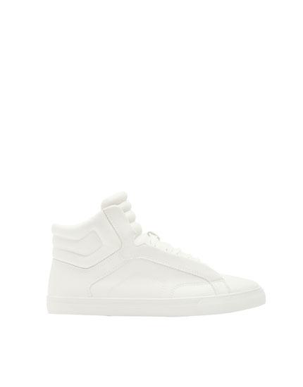 Hohe, wattierte Sneaker in Weiß
