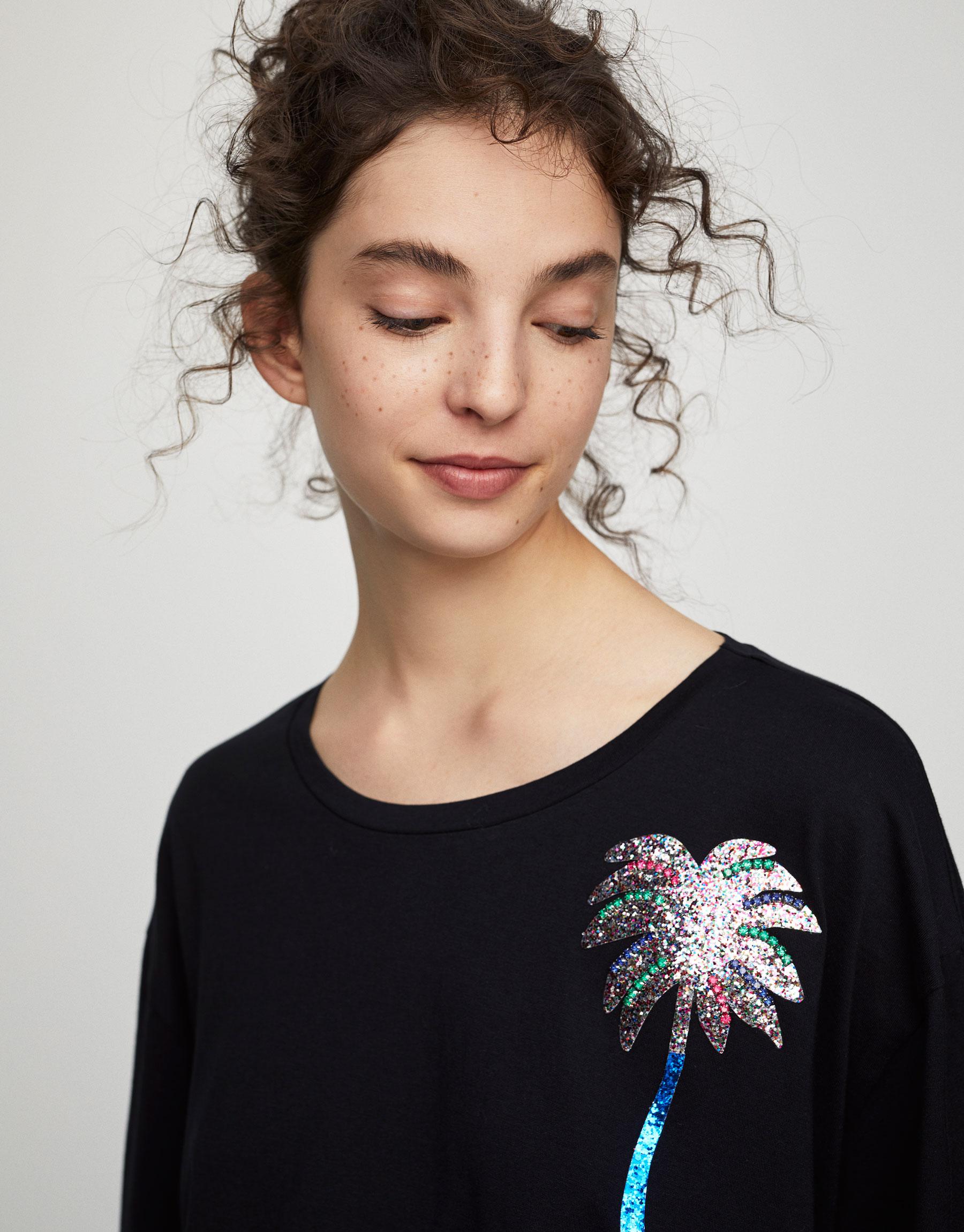 T-shirt com aplique com brilho e palmeira