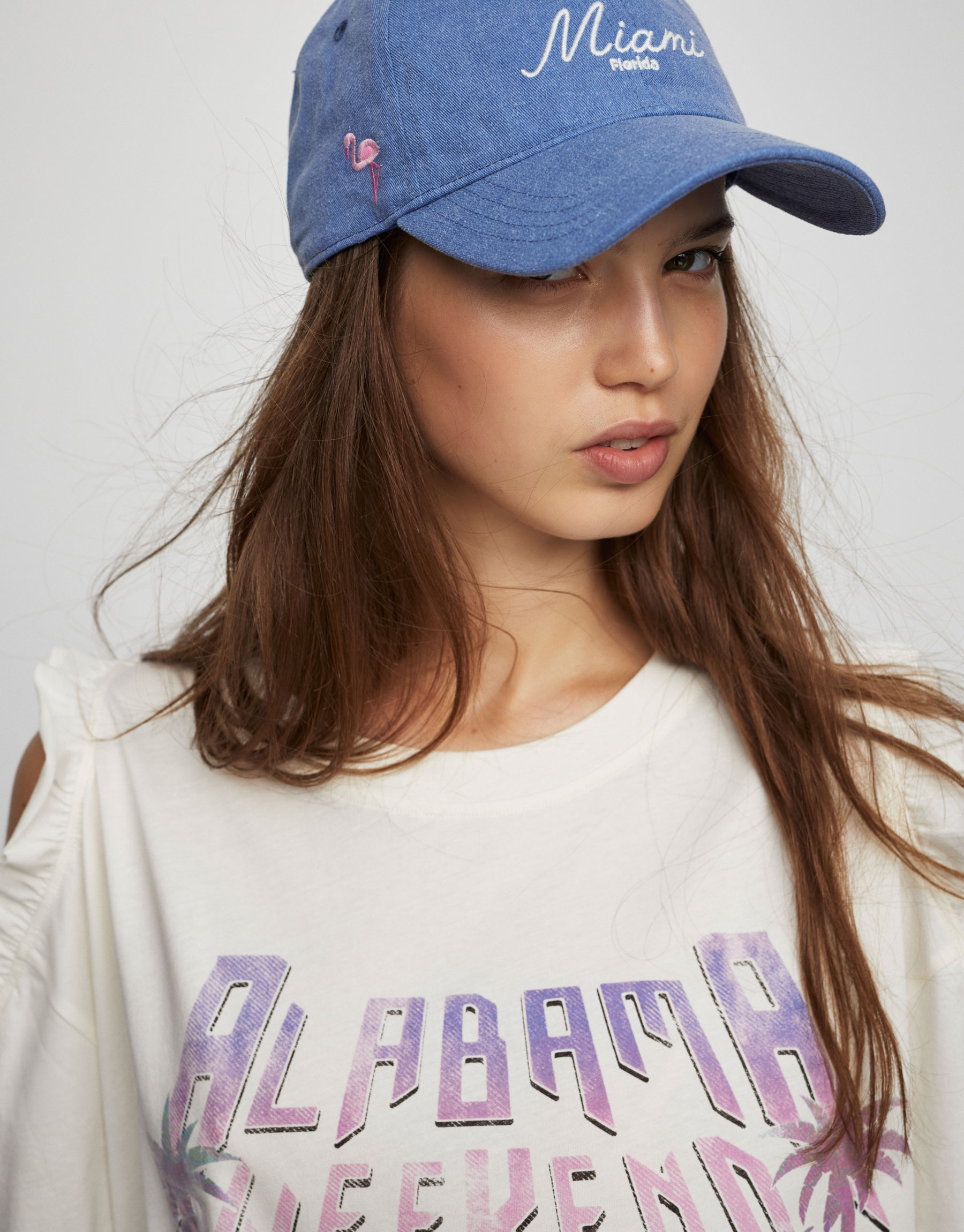 T-shirt com gráfico e ombro cut out